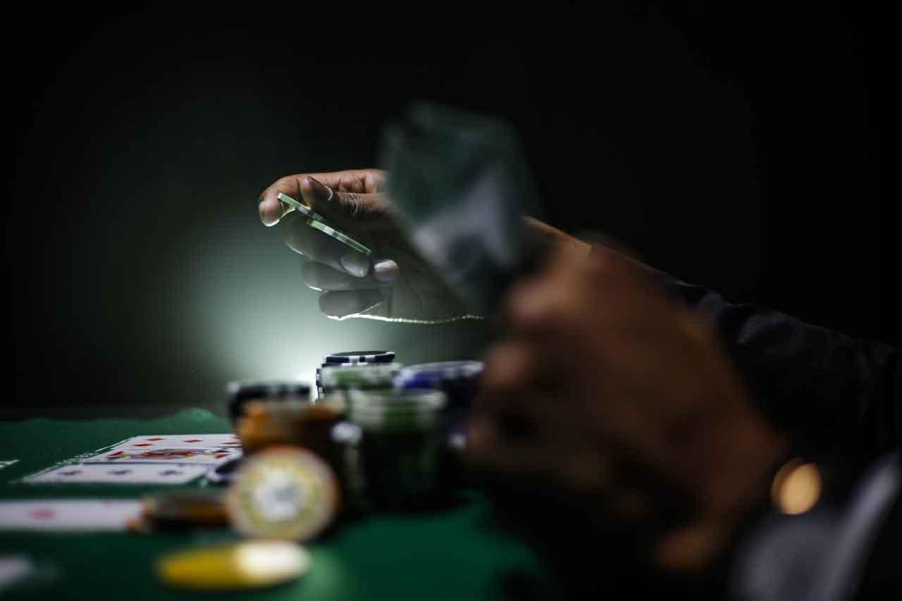 オンラインカジノの定番でもあるポーカーのルールとその魅力