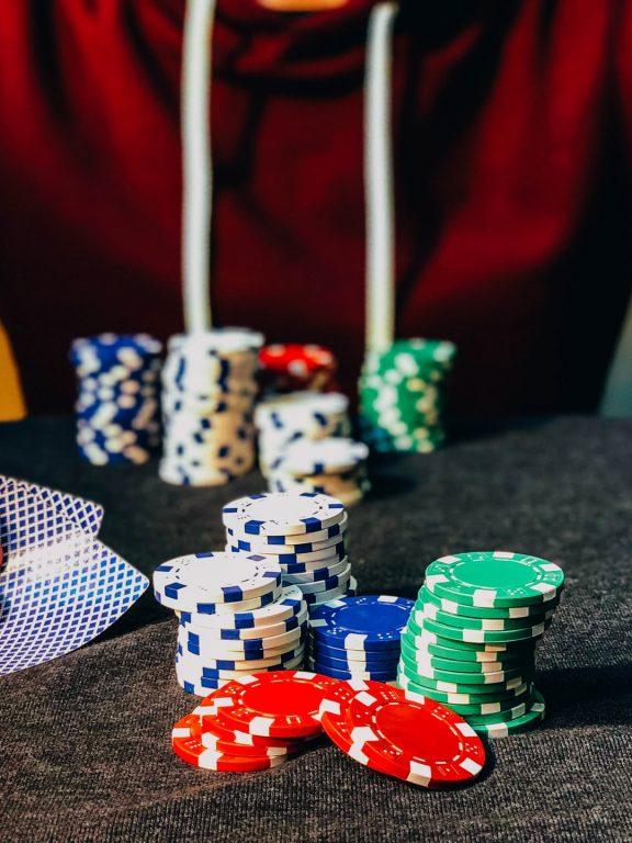 ポーカーに似たカジノゲームの楽しみ方〜シンプルなルールから心理戦まで